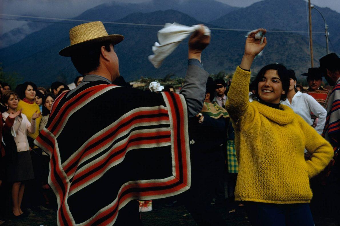 Una pareja baila en Santiago de Chile