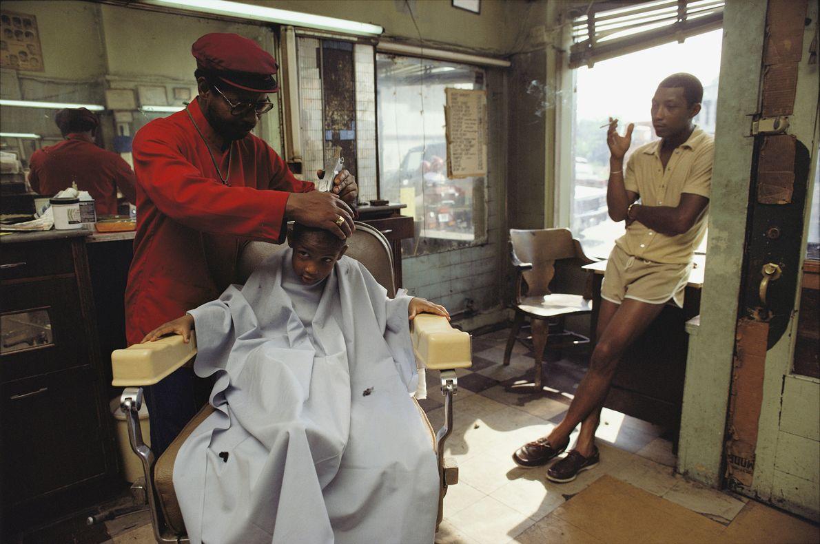 Imagen de un niño cortándose el pelo en una barbería de Norfolk, Virginia