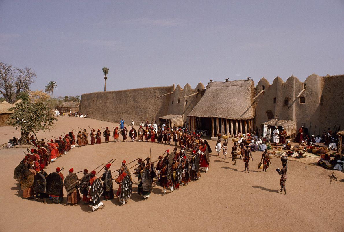 Soldados participan en un desfile ceremonial en Camerún