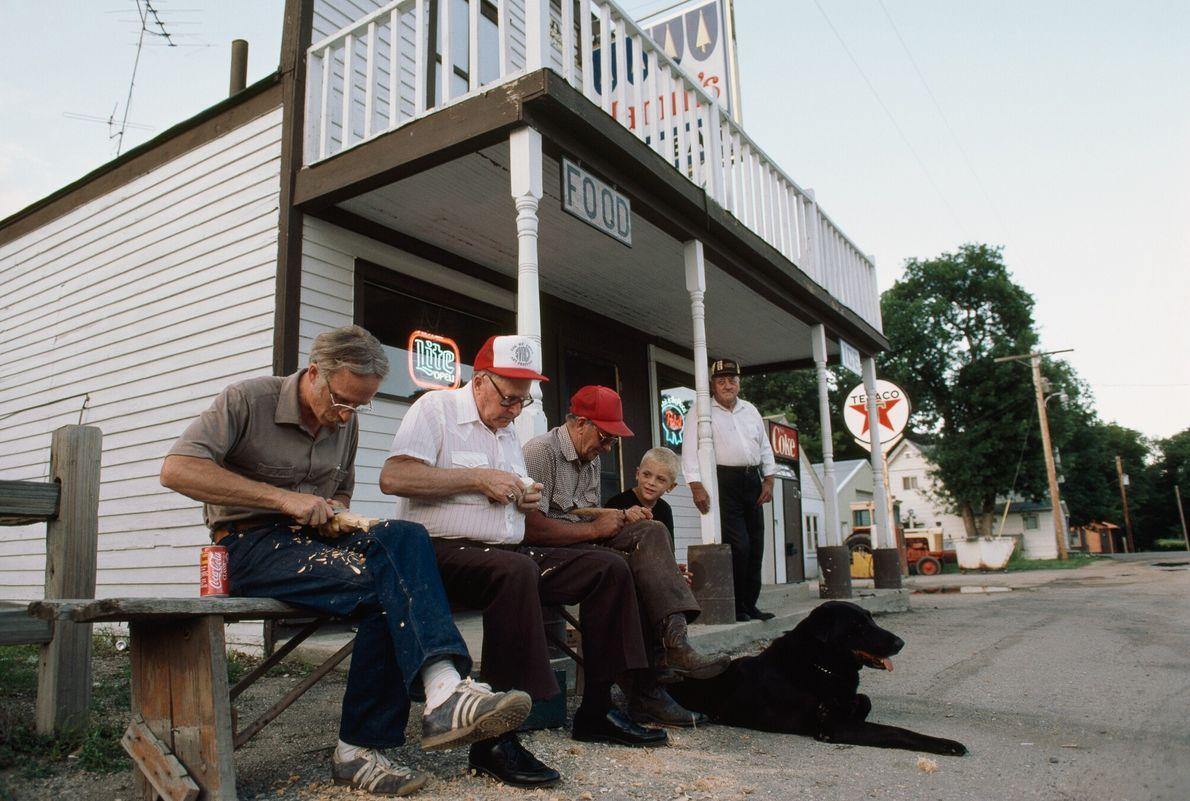 Imagen de unos hombres haciendo tallas frente a una tienda de Dakota del Norte