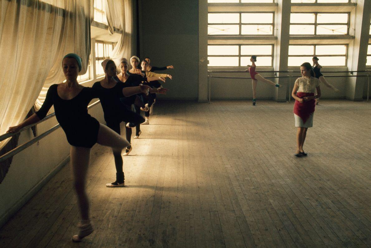 Imagen de unas alumnas de ballet practicando en una escuela de El Cairo, Egipto