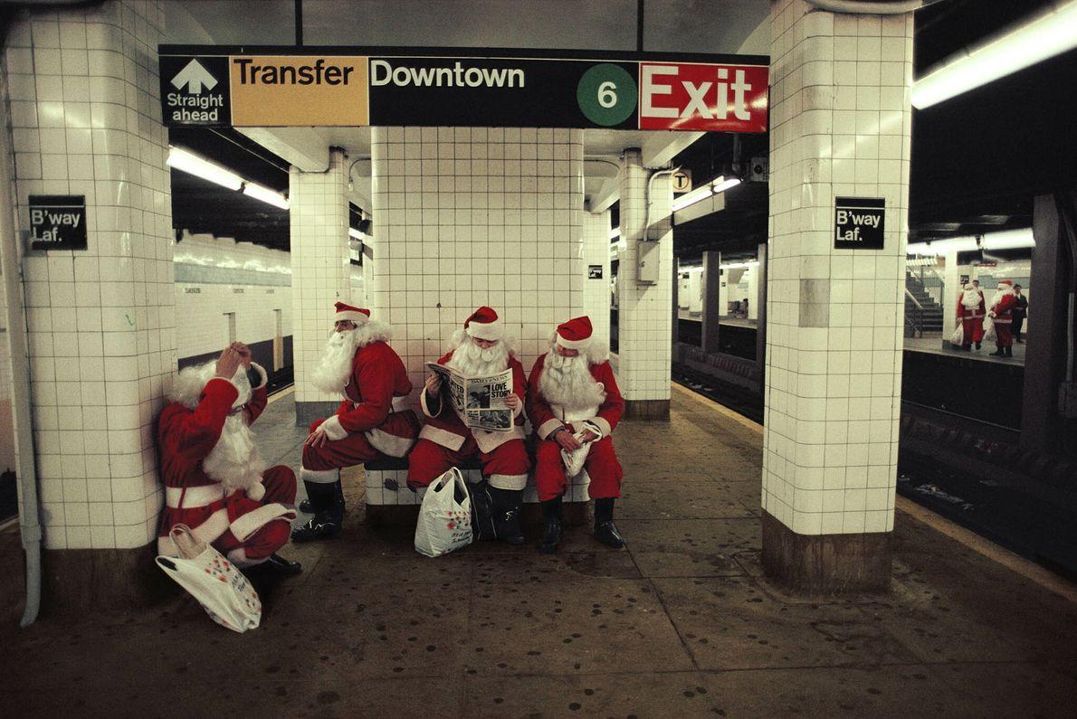 Papás Noel en el metro