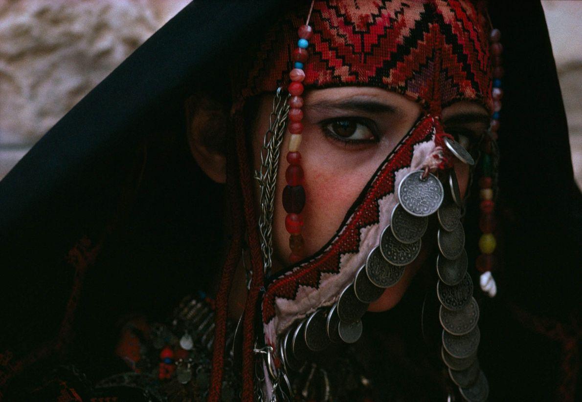 Una joven lleva un traje palestino tradicional