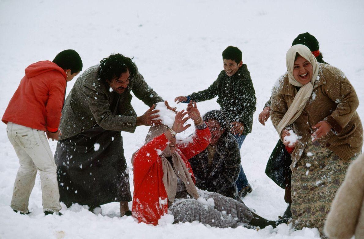 Residentes de Amán disfrutan de la nevada