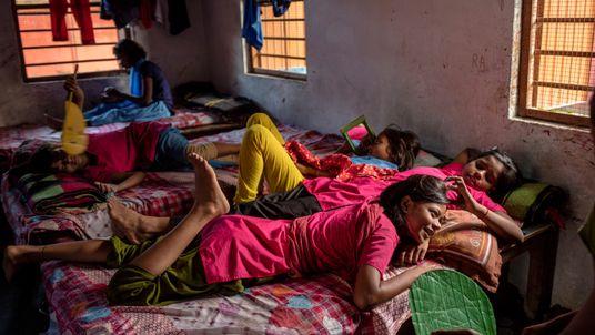 Imagen de unas adolescentes de la India descansando en sus camas entre clases en su escuela ...
