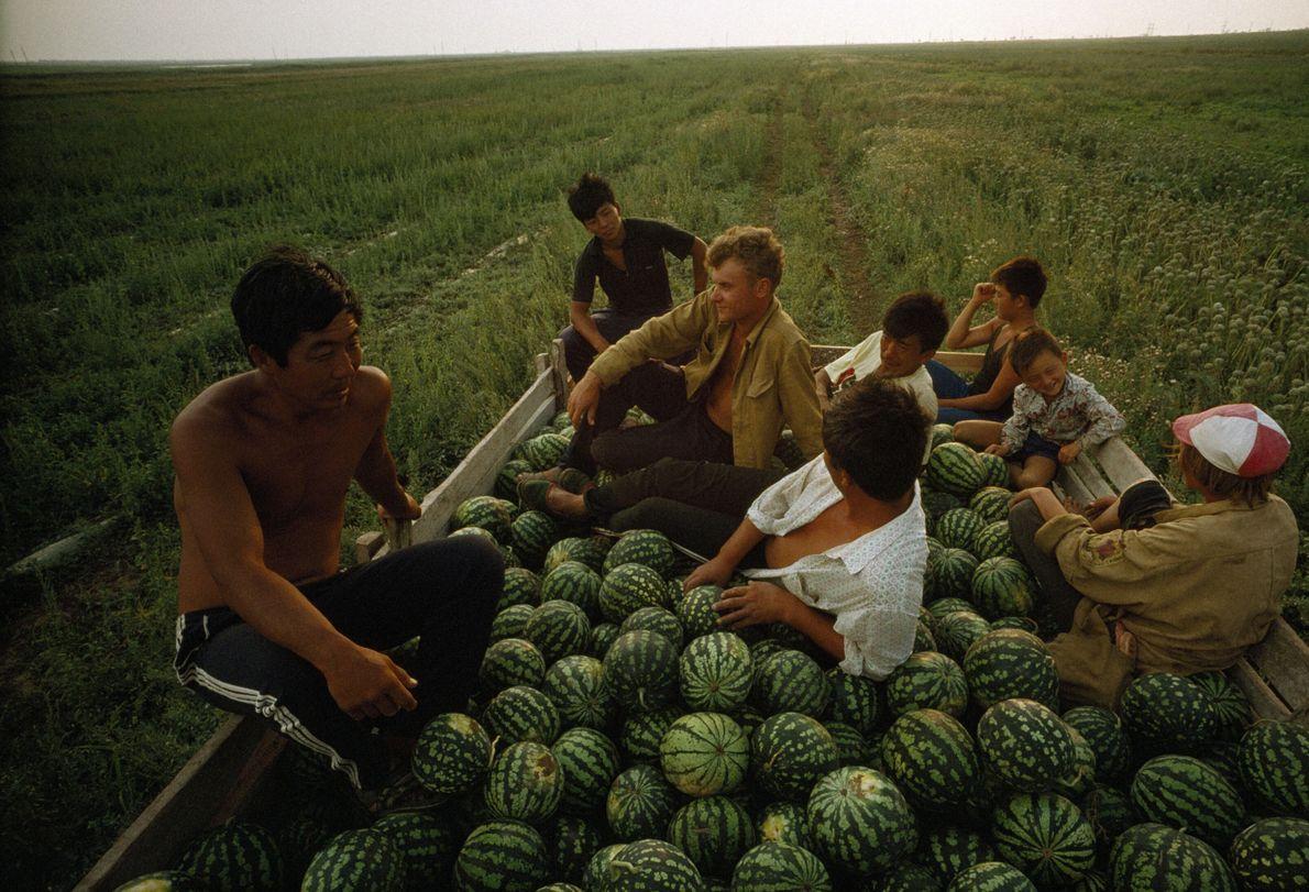 Imagen de unos agricultores descansando en un camión cargado de sandías en Crimea
