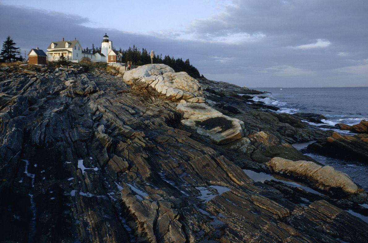 Imagen de un faro blanco sobre el océano Atlántico en la costa de Maine
