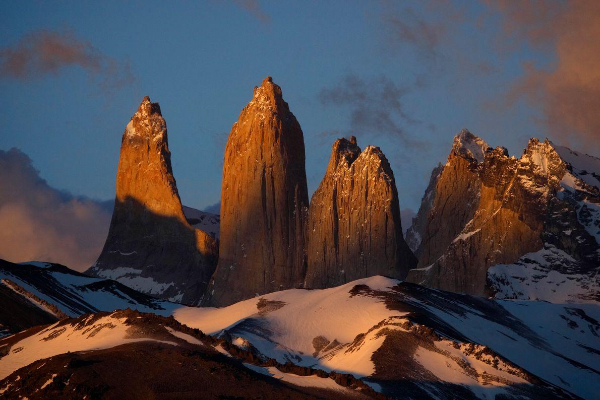 Imagen de tres torres dentadas en Patagonia