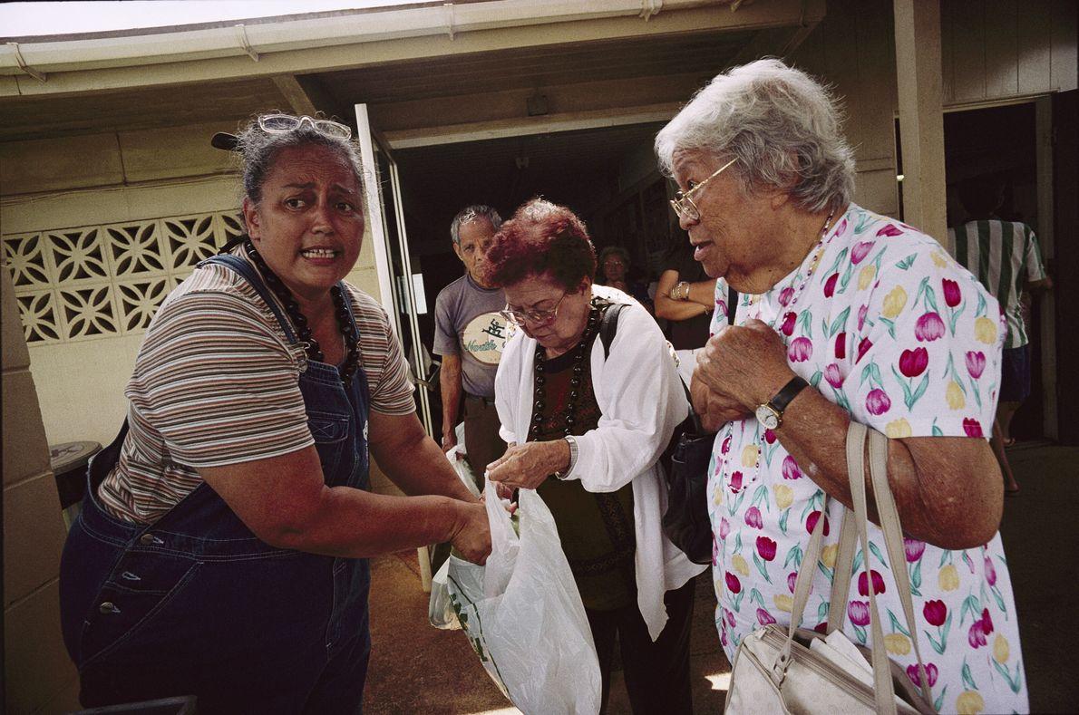Imagen de una hawaiana ayudando a los mayores en un banco de alimentos de Lihue, Kauai