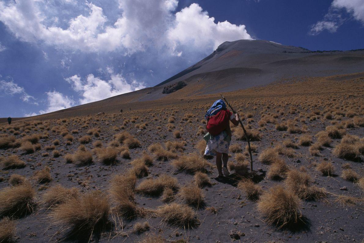 Imagen de una mujer subiendo al volcán en México.