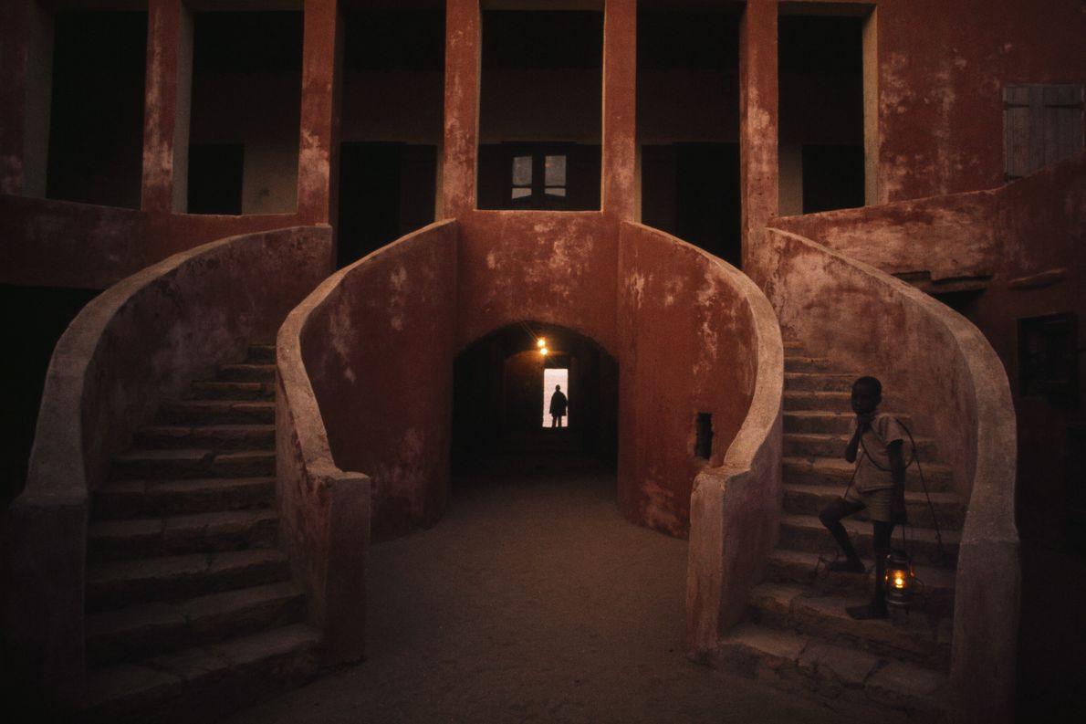 Imagen de un niño de pie en los escalones de la Casa de los Esclavos, museo ...