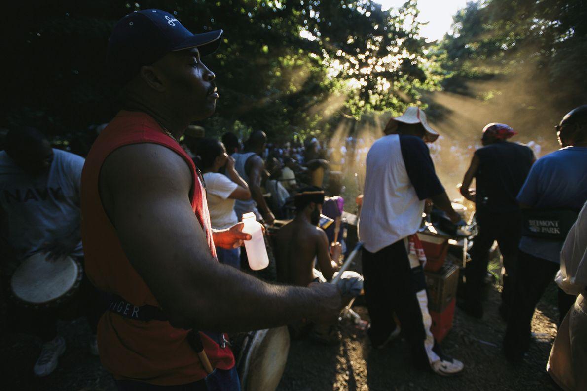 Imagen de personas tocando el tambor en el Parque Prospect de Brooklyn, Nueva York