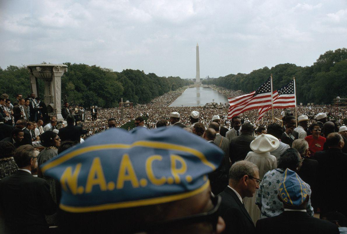 Imagen de una persona con un gorro azul de la NAACP durante la Marcha a Washington ...