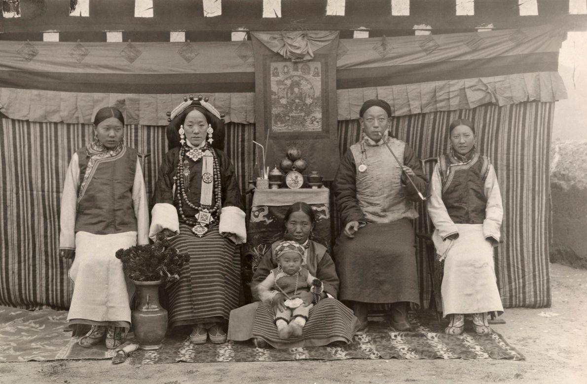 Imagen de un rey en Tibet a principios del siglo XX, con sus dos mujeres y ...