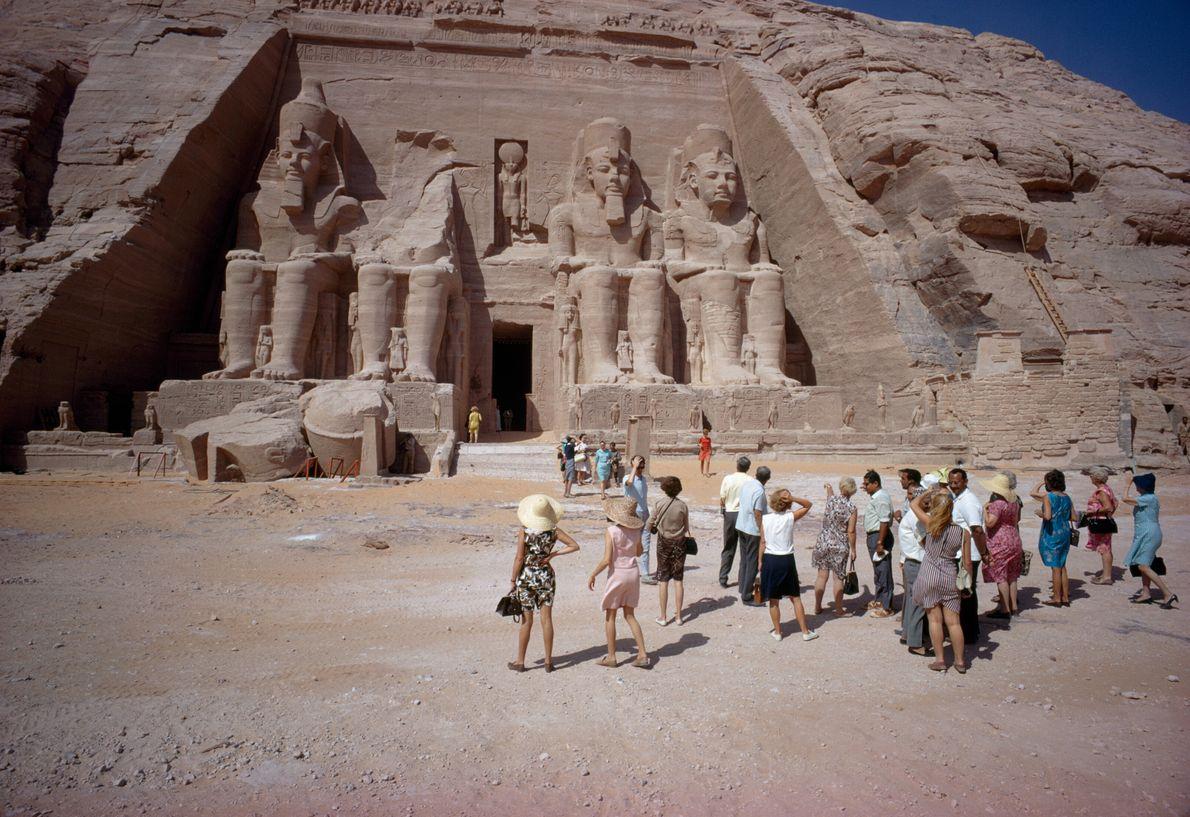 Imagen de turistas acudiendo al templo de Ramses II en Abu Simbel, Egipto