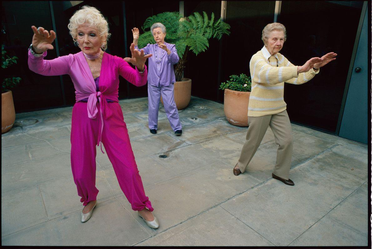 Imagen de tres personas mayores haciendo taichí en Los Angeles
