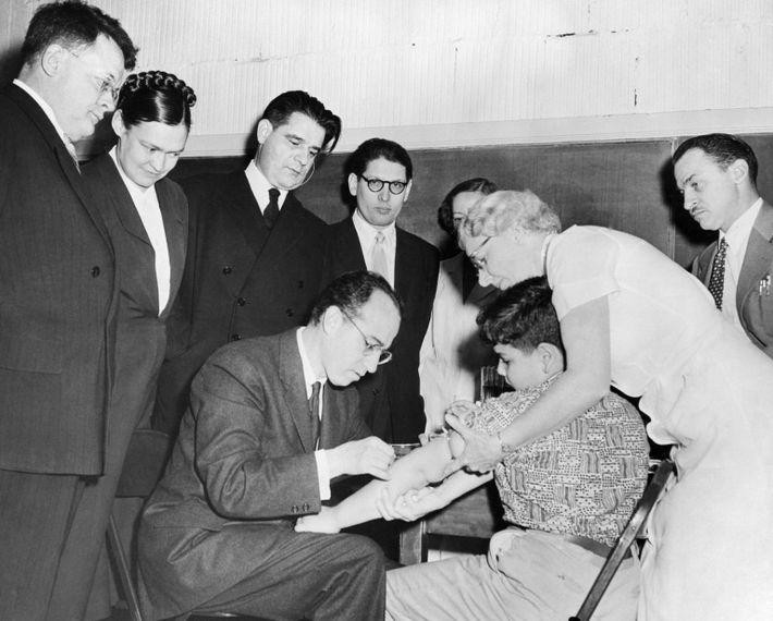 Jonas Salk pone la vacuna antipoliomielítica a Paul Anolik