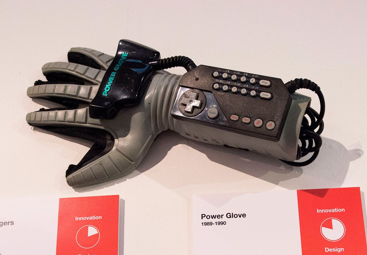 El Power Glove de Mattel, 1989: El primer mando de juegos portátil comercializado en masa no …