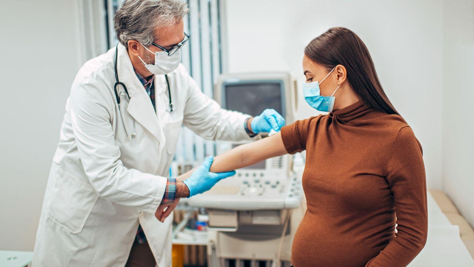 Fotografía de una embarazada poniéndose la vacuna