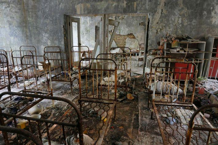 Camas oxidadas abandonadas en una escuela de Prípiat, Ucrania