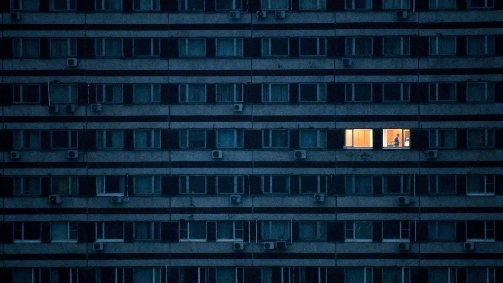 Imagen de un edificio con la luz de un piso encendida