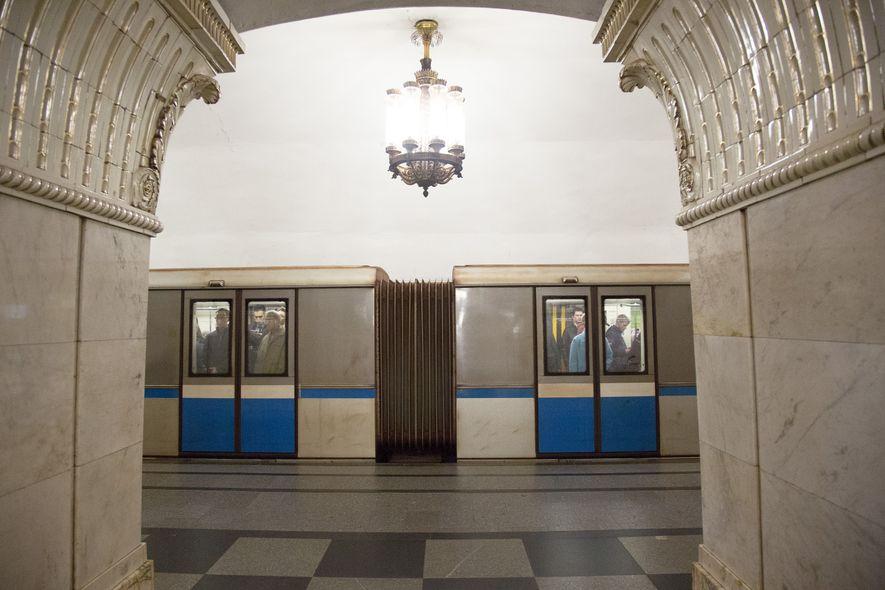 Estación de metro de Prospekt Mira    El mármol blanco culminado con grabados florales hace referencia al ...
