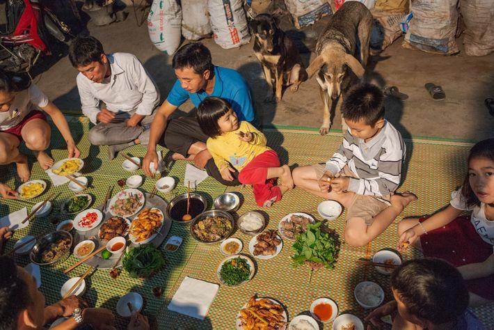 Una familia cena ratas