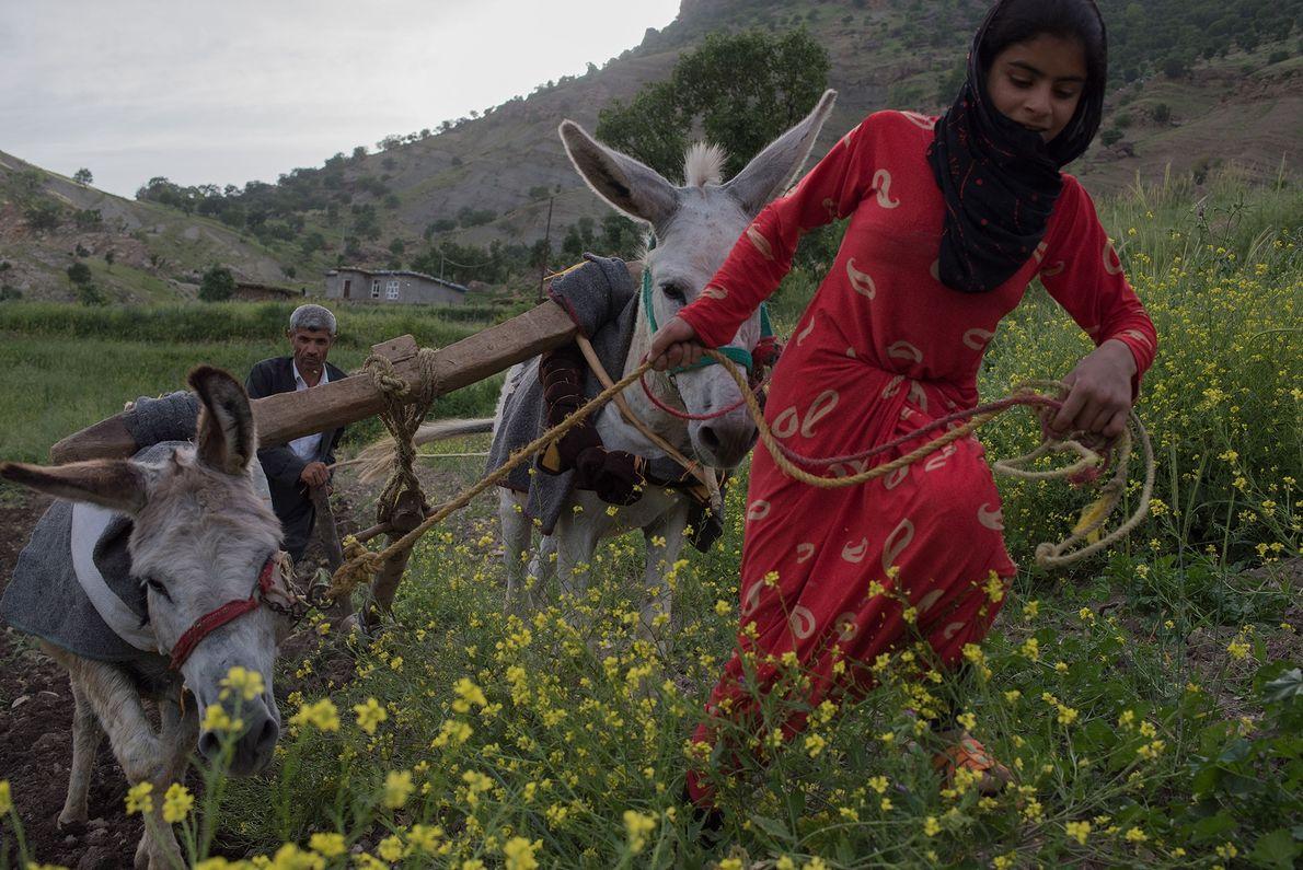 Un agricultor kurdo y su sobrina