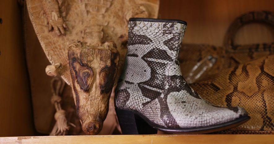 Botas confeccionadas con piel de reptiles protegidos.