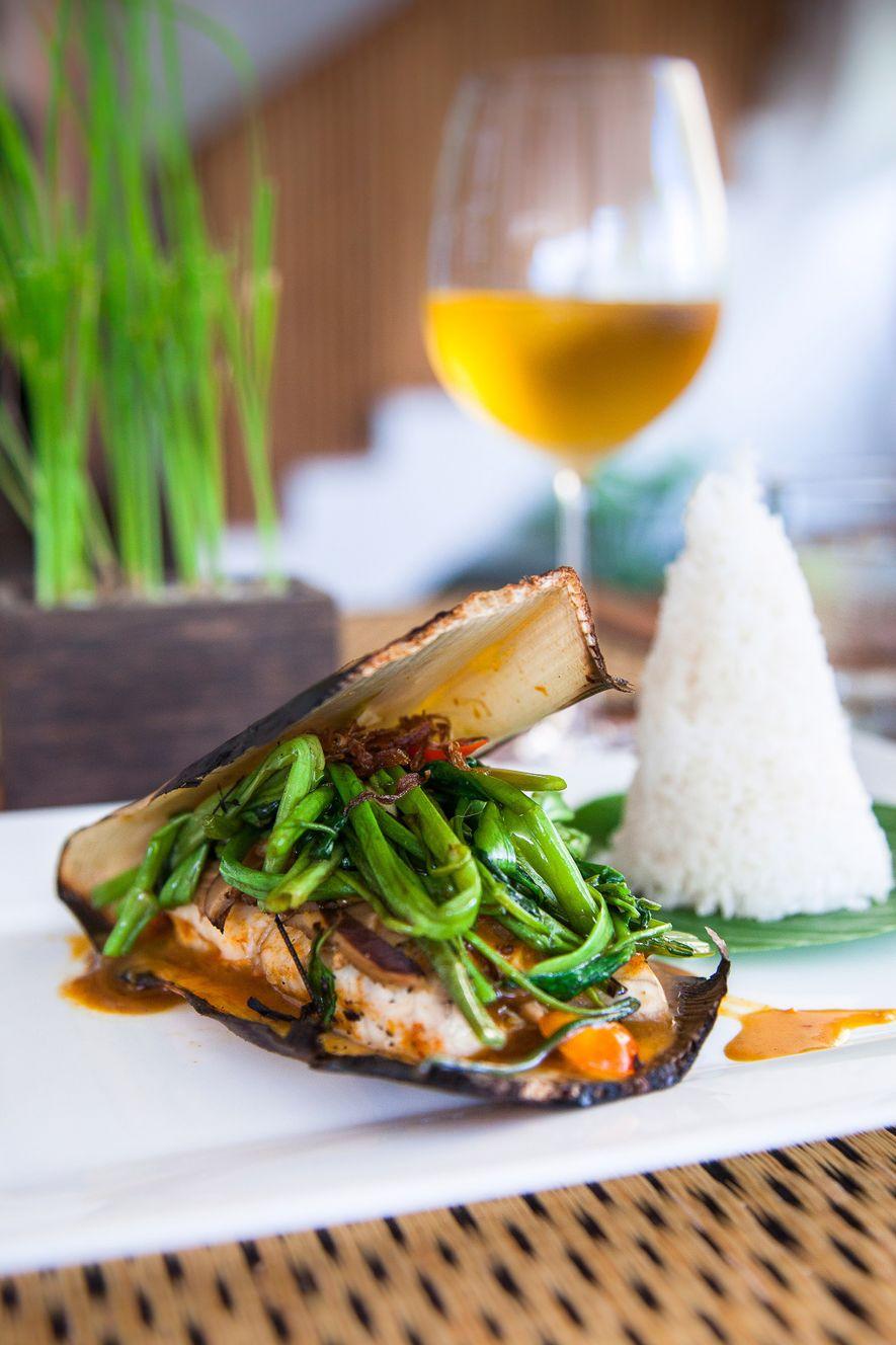 En Pub Street puedes probar el filete de pescado sobre ipomea.