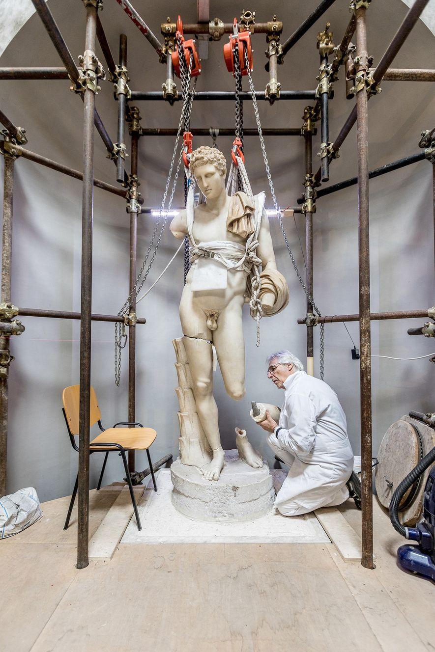 Massimo Bernacchi restaura el Hermes del Belvedere, que data de la época de Adriano. El papa ...