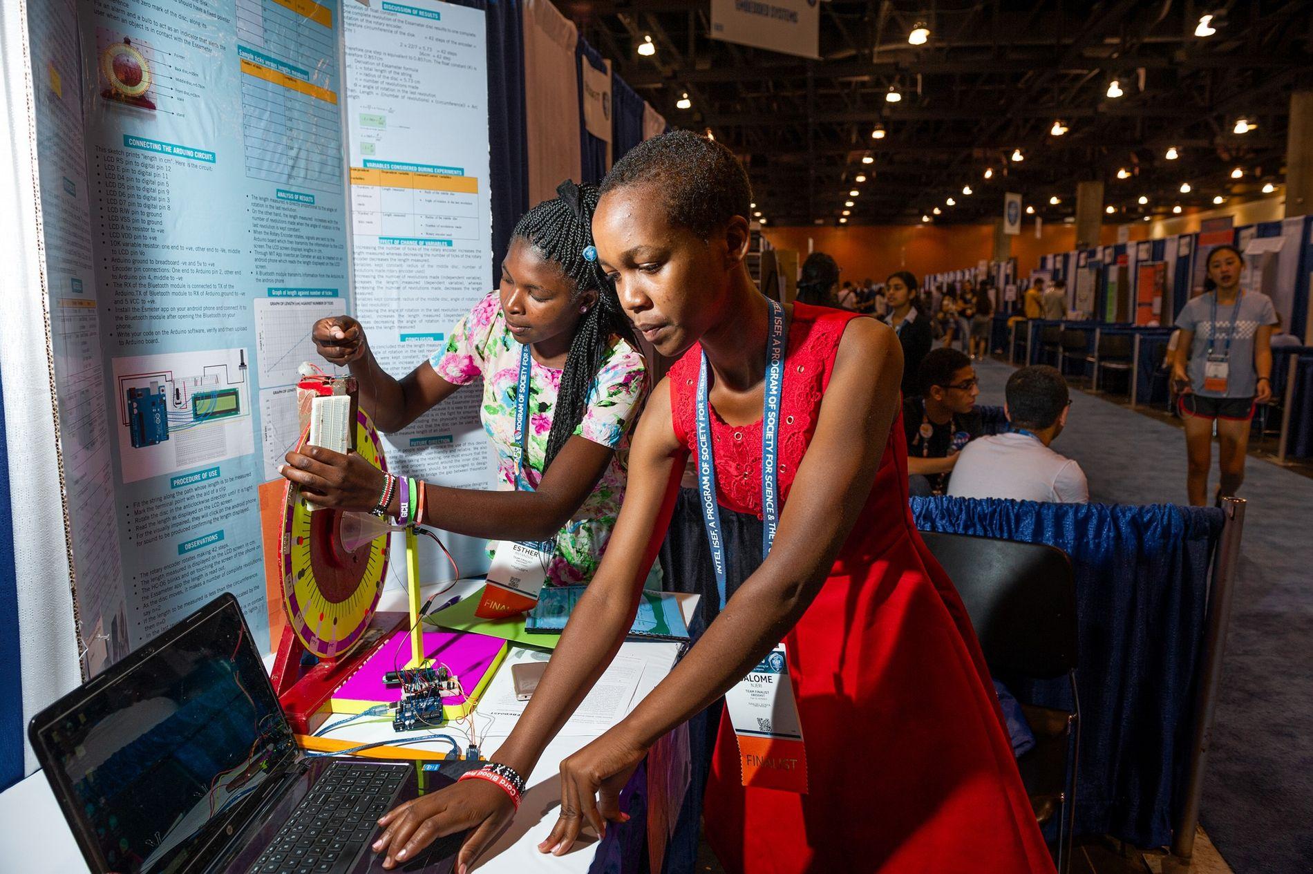 Esther Anyanzwa (izq.) y Salome Njeri crearon un disco giratorio para ayudar a las personas con discapacidad auditiva o visual a medir objetos. En su país, Kenia, las alumnas se enfrentan al escepticismo respecto a sus aptitudes científicas por ser niñas. «Quería demostrar que la sociedad se equivocaba», contó Njeri a la Sociedad para la Ciencia y el Público.