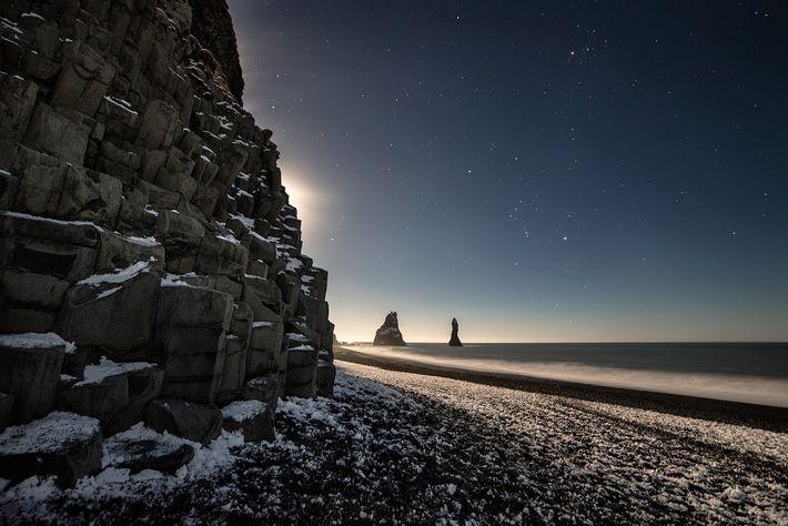 Imagen de un paisaje nocturno en la playa de Reynisfjara, Vik, Islandia