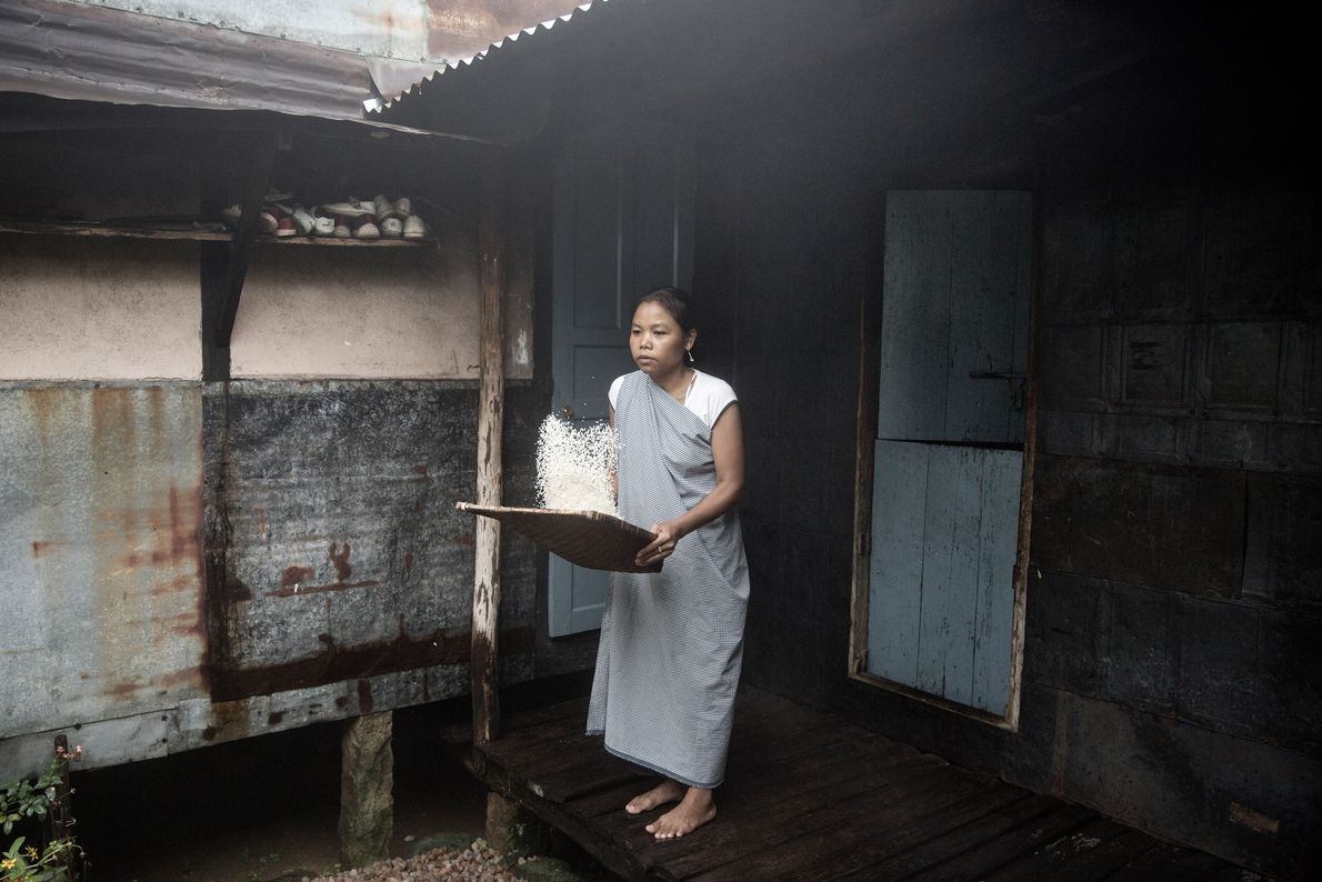 Una mujer prepara la cena
