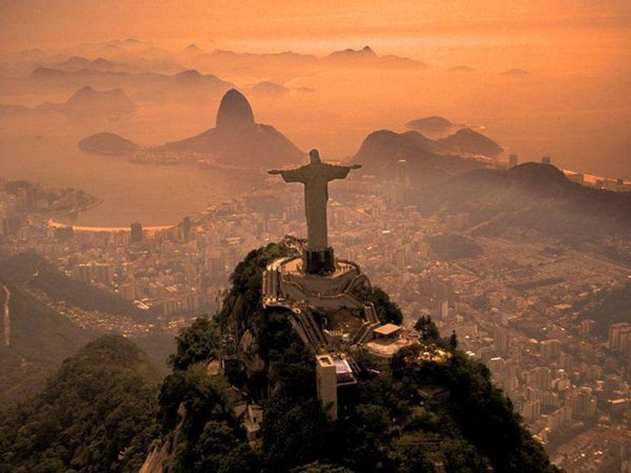 """Desde la cima del cerro de Corcovado, el """"Cristo Redentor"""" vigila la ciudad de Río de ..."""
