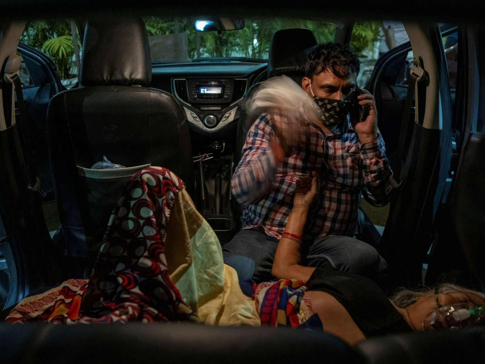 Manoj Kumar se sienta junto a su madre