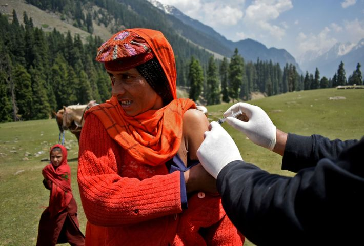 Puesto de vacunación en Lidderwat cerca del icónico Pahalgam (India)