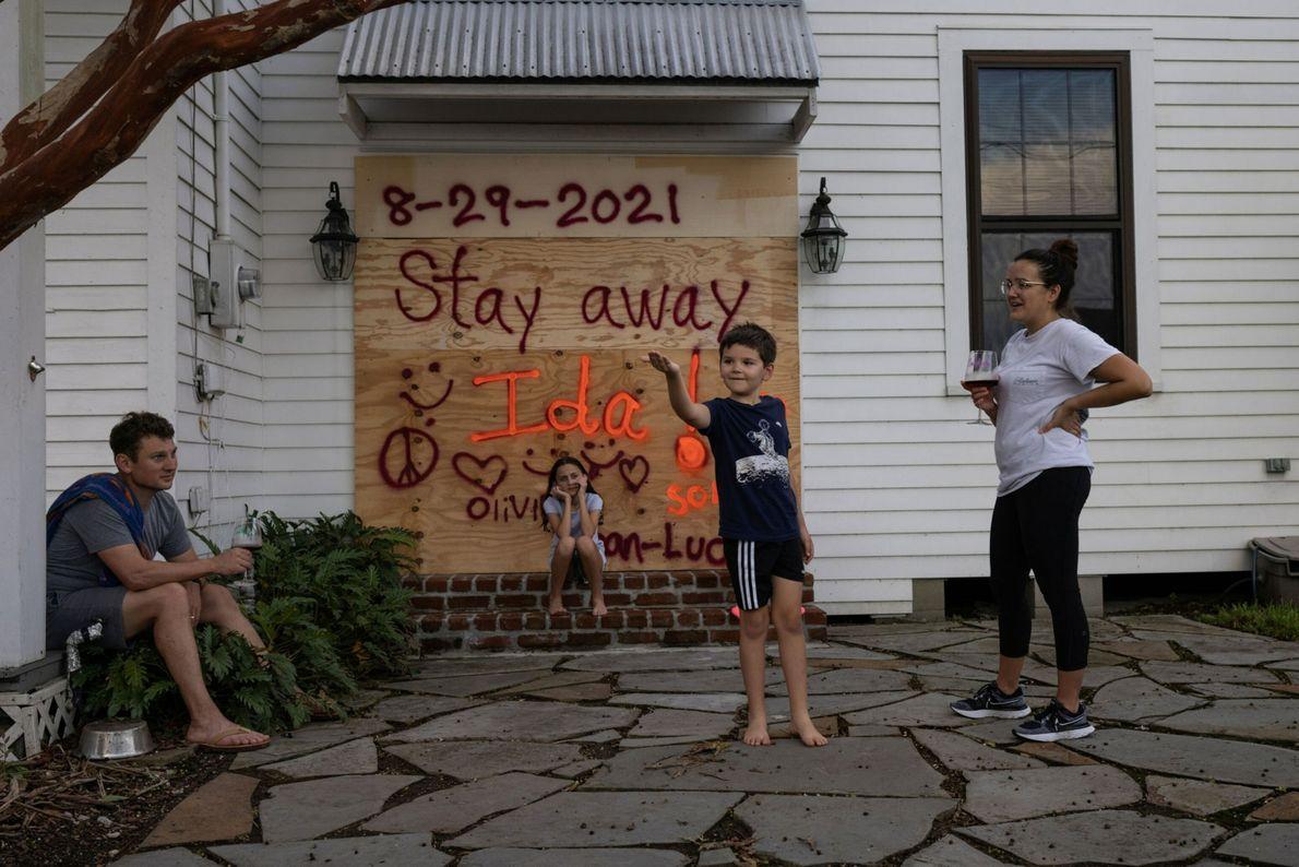 Jean-Luc Bourg, de 8 años, atrapa una araña frente a su hermana Olivia,  de 10, mientras ...