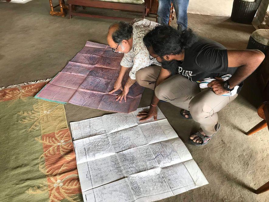 El activista fluvial Siddharth Agarwal y el biólogo especializado en tigres Raghu Chundawat cartografían los casi ...