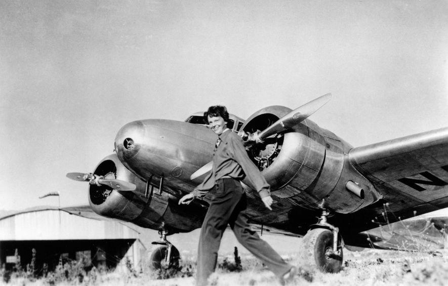 Amelia Earhart pasa frente a su Lockheed Electra, el avión en el que desapareció en julio ...