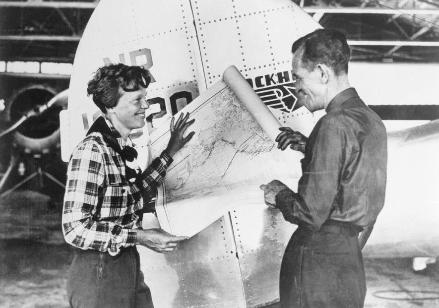 Earhart y su copiloto Fred Noonan consultan un mapa del Pacífico que muestra su ruta planificada ...