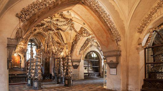Esta iglesia está decorada con 30.000 huesos de víctimas de la peste