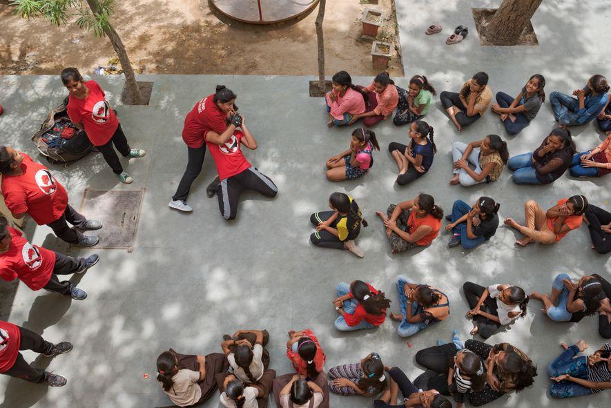 Usha Vishwakarma enseña maniobras de autodefensa a las alumnas de Ramgarh, una parte rural del estado ...