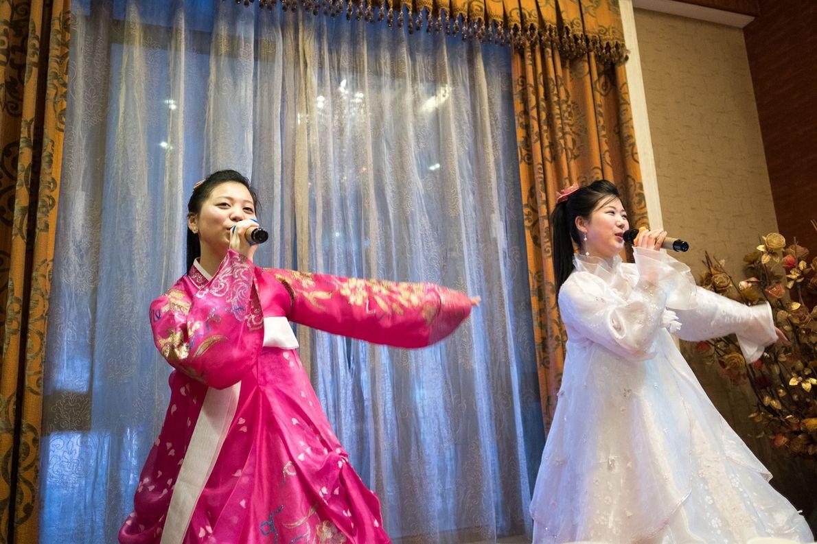 Artistas norcoreanas cantan en un hotel en Dandong, China.