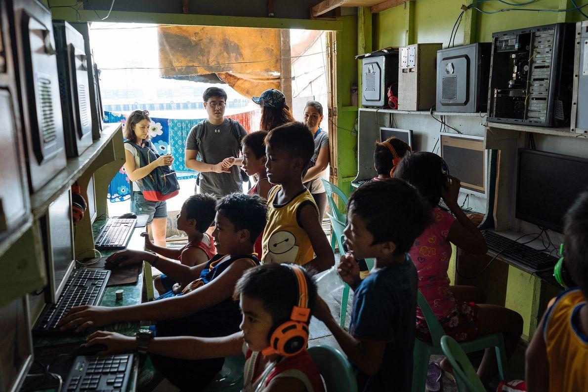 Los niños rodean los ordenadores