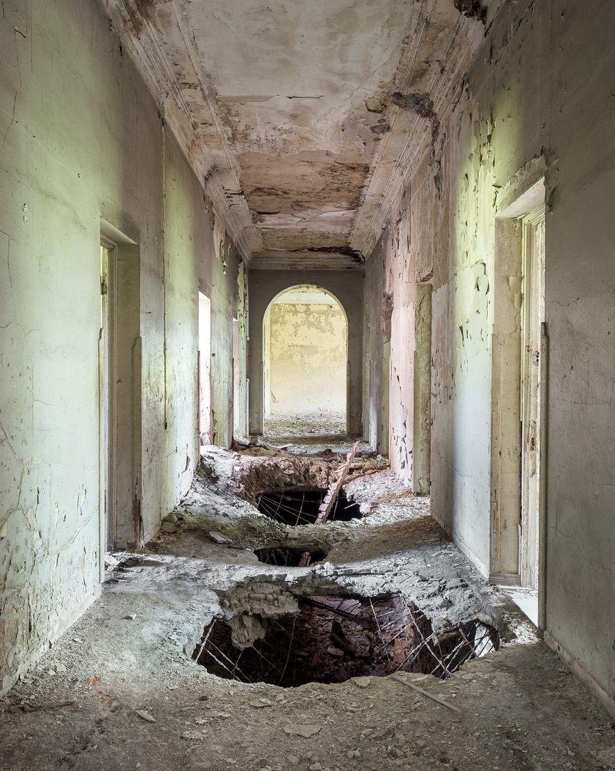El hormigón empieza a derrumbarse dentro de este pasillo, que conectaba un teatro con el edificio ...