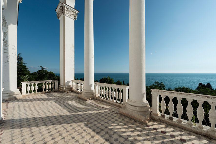 Esta terraza da al mar Negro en Gagra, Georgia.