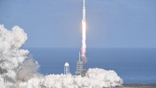 El Falcon Heavy hace historia tras despegar con éxito por primera vez