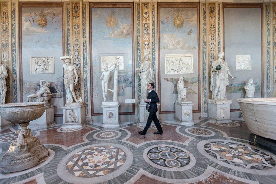 La Galería de las Estatuas y la Sala de los Bustos exhiben obras como «Ariadna dormida» ...