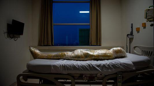 Esta foto de una víctima de la COVID-19 en Indonesia ha sido recibida con asombro y ...